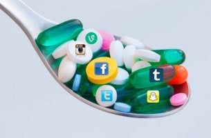 Cuchara con pastillas para representar la adicción a las redes sociales