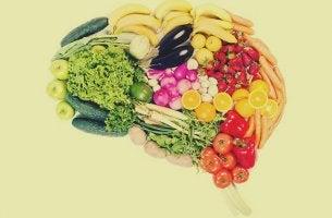 alimentos ricos en vitaminas formando la forma de un cerebro