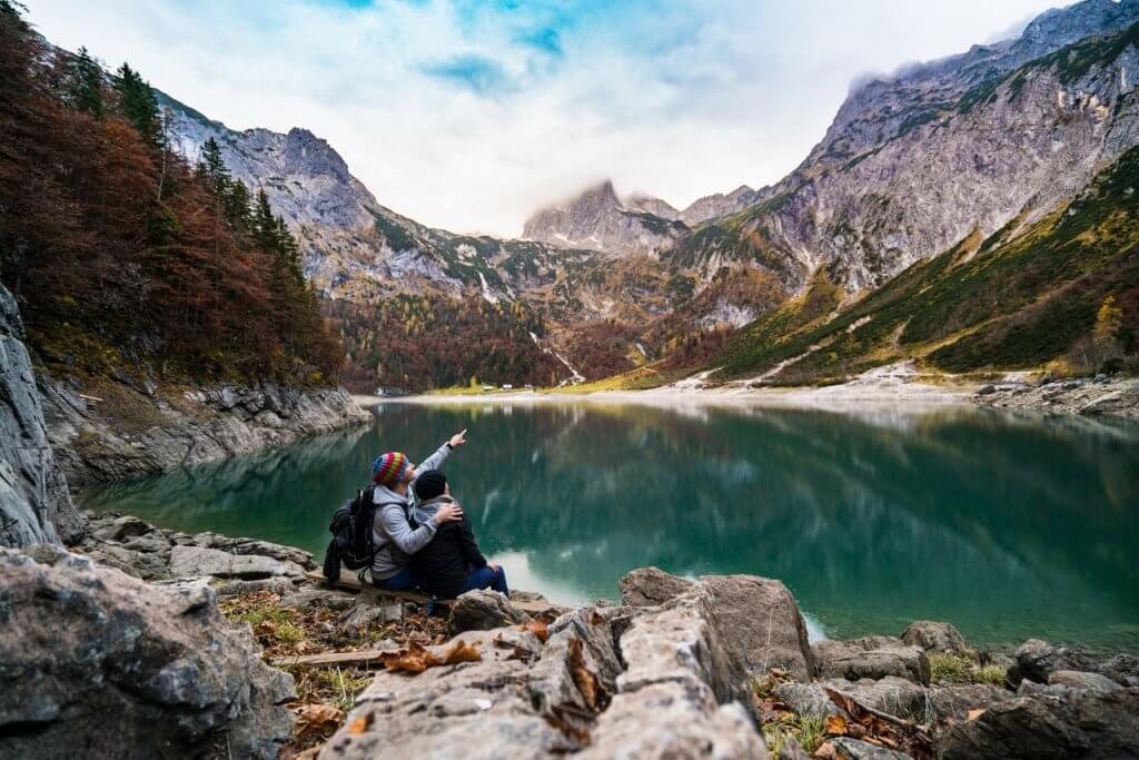 Amigos en la montaña hablando sobre los mejores métodos de motivación