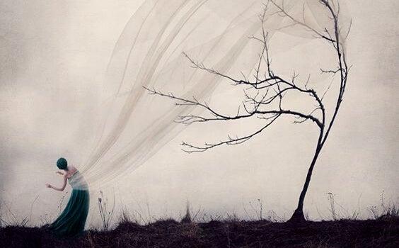 árbol con tul representando el efecto de las personas autodestructivas