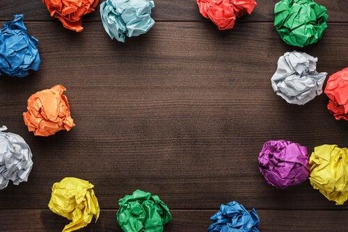 Bolas de papel de colores