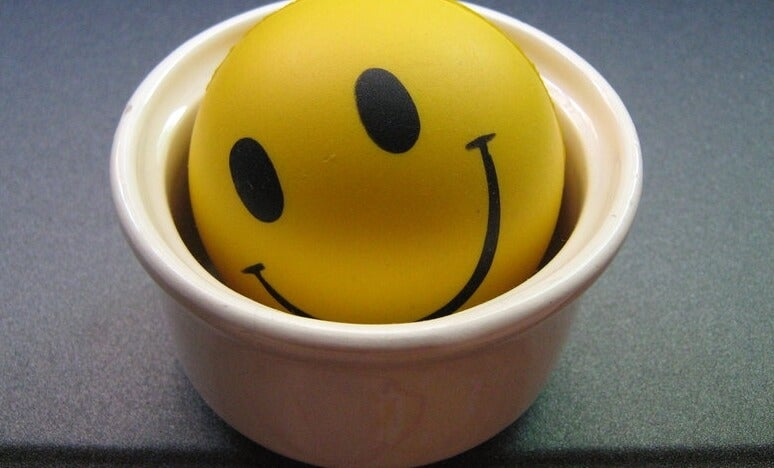 Bola en un vaso expresando la felicidad