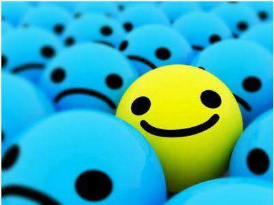 Carita sonriendo entre muchas tristes
