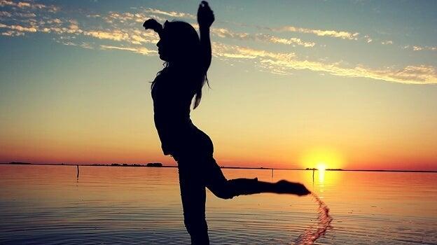 chica bailando sintiendo la adrenalina