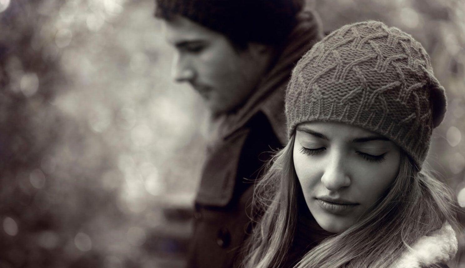 Chica triste infeliz con su compromiso de pareja