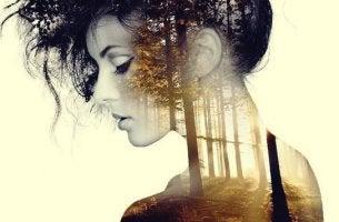 chica con imagen de bosque superpuesta que disfruta de sus instantes de soledad
