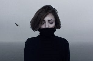 chica con jersey negro que sufre depresión mayor resistente