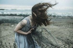 chica con vestido azul gritando representando a las personas autodestructivas