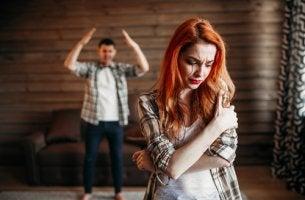 Pareja joven discutiendo para representar la violencia en las parejas jóvenes