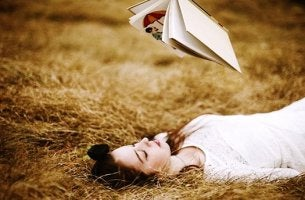 chica leyendo libro sobre personalidad introvertida