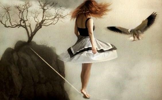 mujer en la cuerda floja trabajando el pensamiento equilibrado