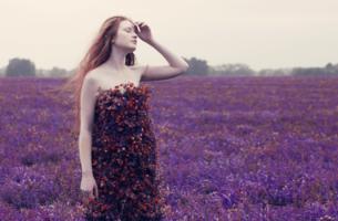 chica rodeada de flores pensando en sus tiempos difíciles