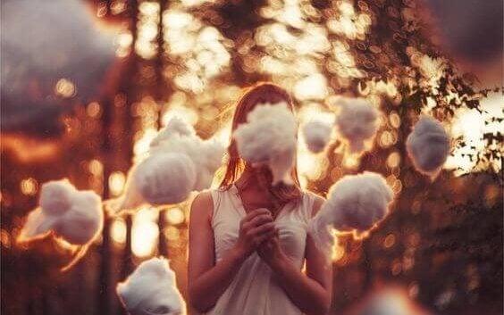 Chica rodeada de nubes representando los conceptos erróneos sobre los traumas