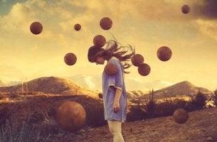 Chica rodeada de pelotas en el aire