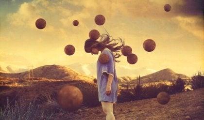 Chica rodeada de pelotas en el aire practicando la mente silenciosa
