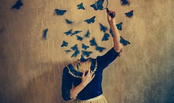 Chica sin cabeza cogiendo mariposas