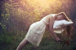 chica conectada a los sueños flotando con su almohada