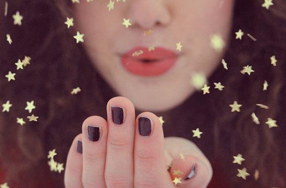 chica soplando estrellas celebrando el estar bien con uno mismo