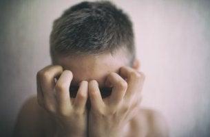Chico adolescente con malestar
