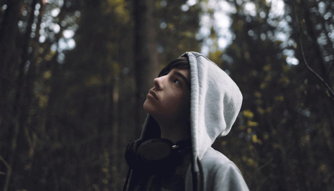 Chico adolescente en el bosque
