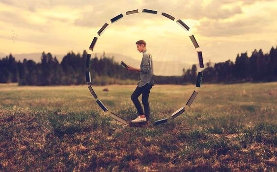 Chico en el interior de un círculo de libros simbolizando los valores que nos rigen