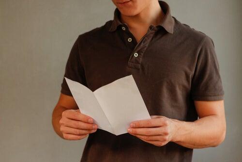 Chico leyendo papel informativo
