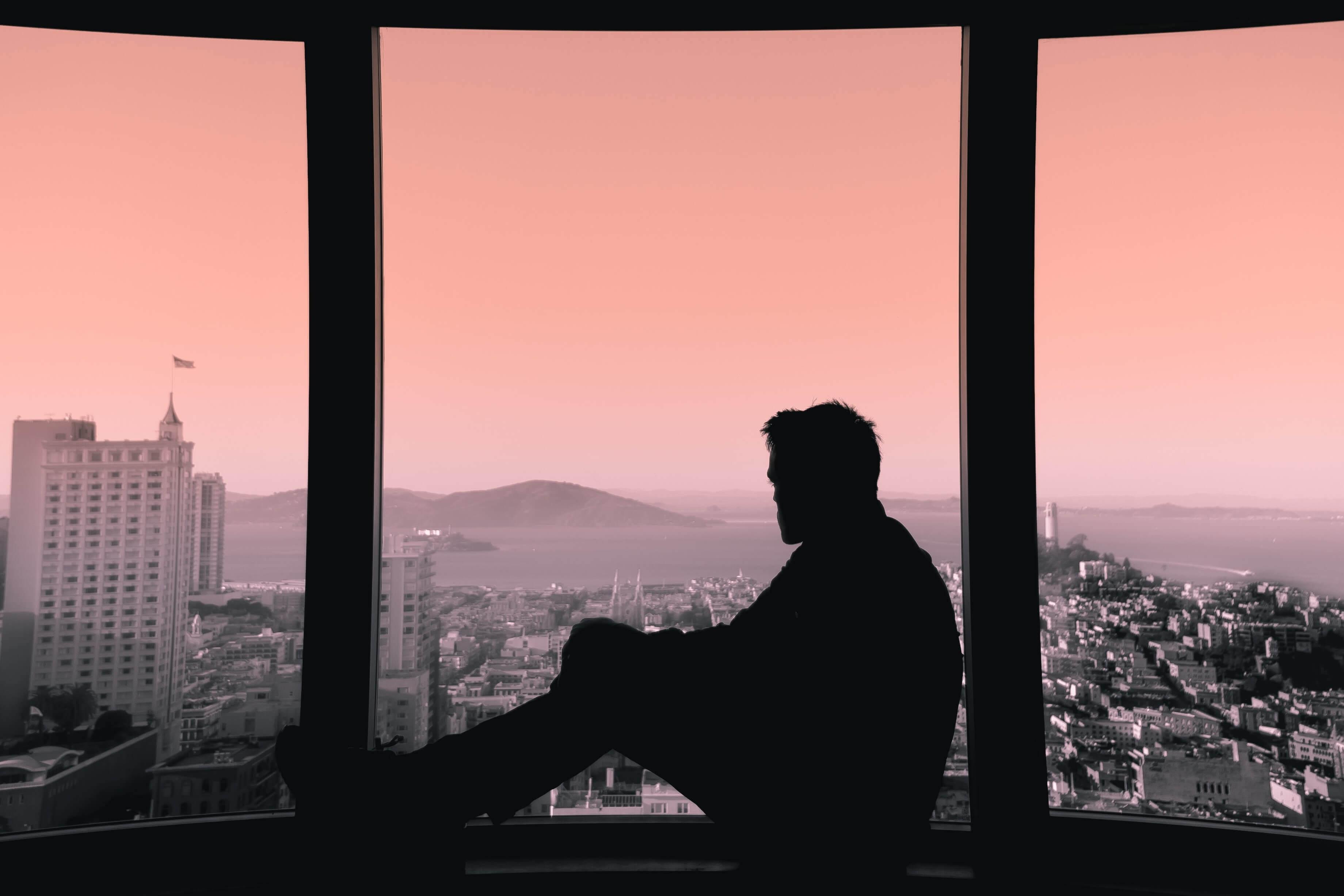 Chico mirando por la ventana pensando en el valor de echar de menos