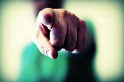 dedo representando los estereotipos y prejuicios