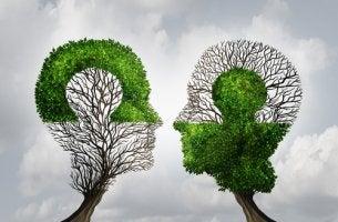 Dos cabezas mirándose de frente para representar la filosofía y la psicología