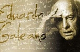 Cartel con letras representando las frases de Eduardo Galeano