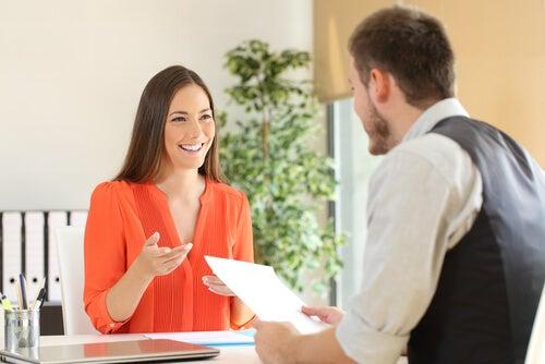 Mujer hablando a un chico sobre cómo mejorar el currículum