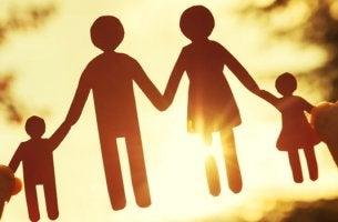 Familia de papel para representar las creencias familiares