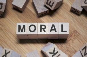 Fichas formando la palabra moral