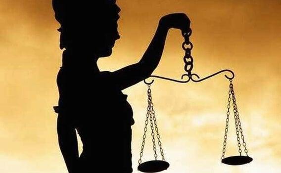 figura de la ley representando la lucha contra la corrupción
