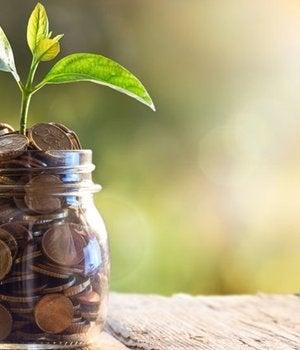 frasco con dinero con el que mejorar la situación económica