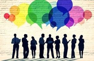 Personas comunicándose representando la importancia de expresarse bien