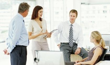 reunión de trabajo donde aprenden a cuidar el tono de voz