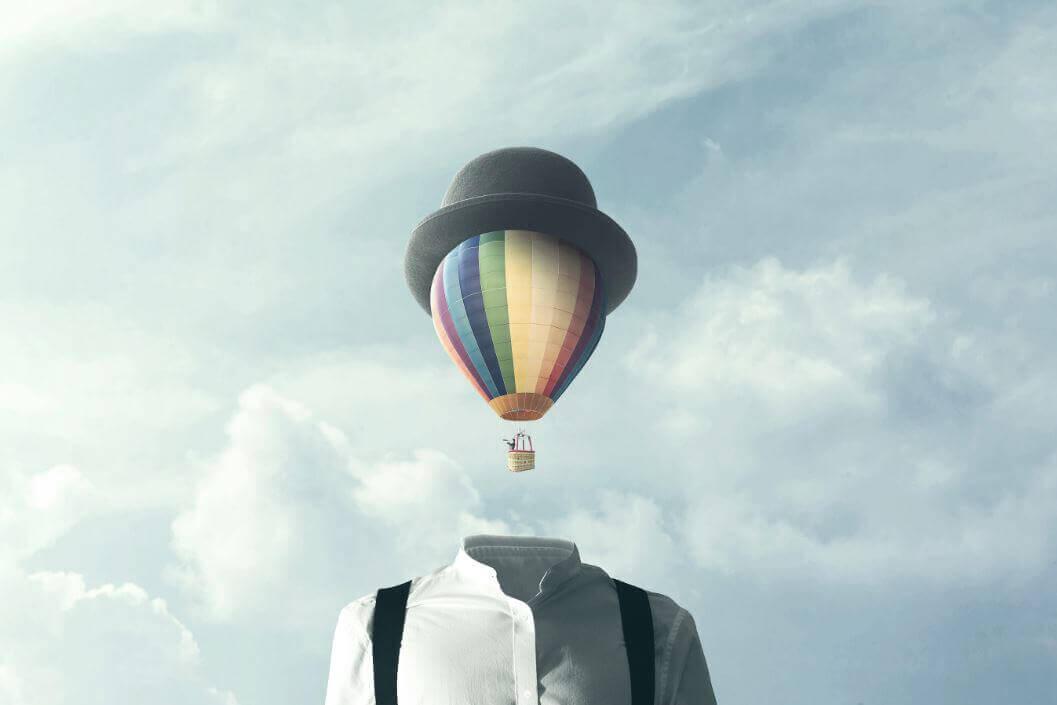 Hombre con cabeza de globo