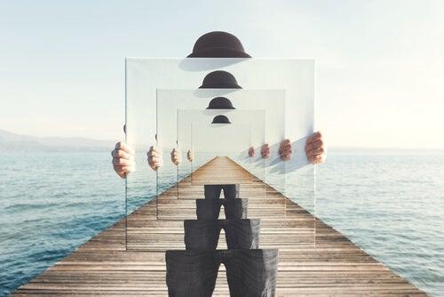 Hombre con espejo representando el infinito y la apeirofobia