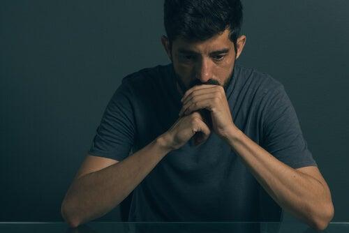 Hombre con trastorno mixto ansioso-depresivo