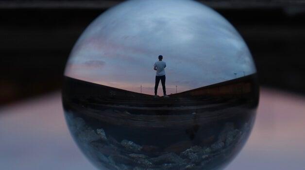 hombre con personalidad INFJ en interior de una esfera