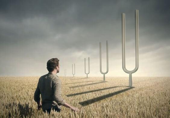 hombre avanzando en campo de trigo para gestionar el estrés