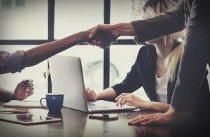 Hombre estrechando la mano a otro para negociar