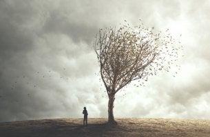 Hombre frente a su miedo en forma de árbol pensando actuar