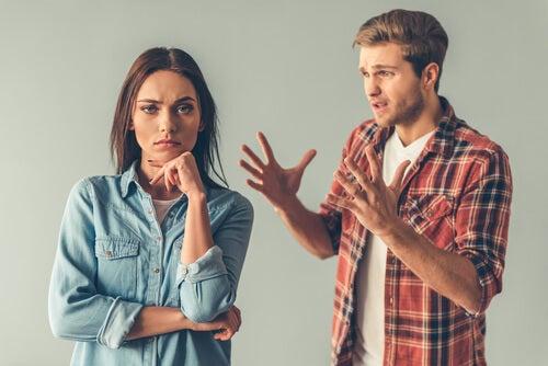 Hombre manipulando a su novia