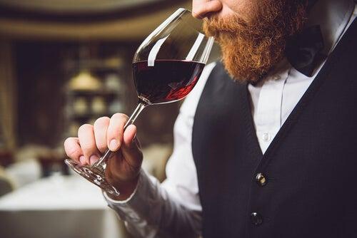 Hombre oliendo vino