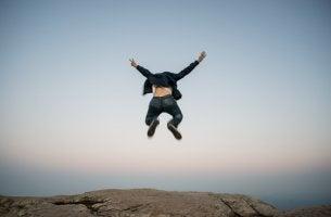 Hombre saltando a lo grande por su fobia de impulsión
