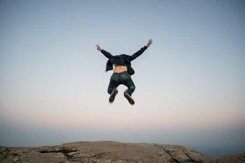 Hombre saltando por episodios maníacos