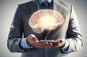 hombre mostrando los enigmas del cerebro humano