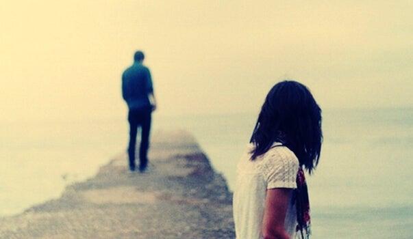 Joven alejándose de su pareja cumpliendo la orden de alejamiento